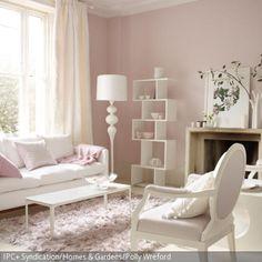 Das Wohnzimmer im femininen Look überzeugt durch seine stilvollen Möbel in Weiß und Zartrosa. Ohne kitschig zu wirken sind die Möbelstücke harmonisch  …