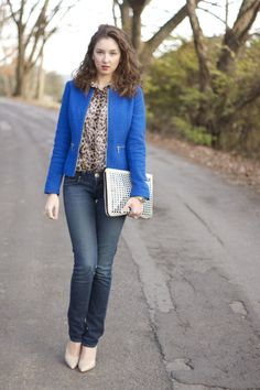 mixing prints style, leopard blouse, cobalt blazer, dark skinny jeans, nude patent pumps, oversized weaved clutch