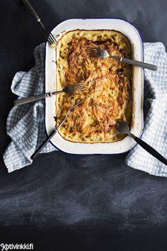 Janssonin kiusaus on uuniruokien klassikko. Tässä reseptissä kermainen vuoka piristetään kapriksilla ja gratinoidaan parmesaanilla.