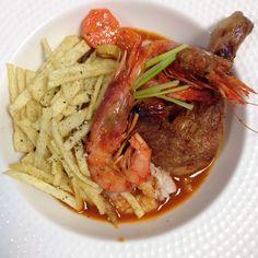 Pica ton con gambas y patatas paja. Pot Roast, Spaghetti, Drinks, Ethnic Recipes, Food, Straws, Carne Asada, Drinking, Roast Beef