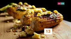 Cucina con Ramsay # 13: Pannocchie grigliate con burro al peperoncino Chipotle Andiamo in Messico dove si trova il Mais a ogni angolo. I Chipotle sono peperoncini verdi affumicati ed essiccati, con gusto dolce di terra. INGREDIENTI Olio di oliva per friggere 4 pannocchie di mais private del cartoccio 80 gr. di burro ammorbidito 1-2 peperoncini chipotle secchi, reidratati e ...