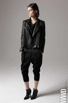 Helmut Lang Pre-Fall As per usual, Helmut Lang has nailed the cool-girl vibe with boxy leather outerwear and relaxed trousers. Sweatpants Style, All Black Fashion, Donna Karan, Helmut Lang, Style Guides, Normcore, Fashion Outfits, Runway Fashion, Leather Jacket