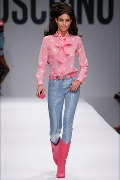 Camicia rosa e jeans Moschino