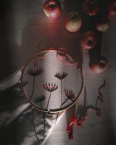 Зимнее солнышко☀ El sol de invierno ⛅ #acozywinter #tardesdeinvierno #люблюзимниевечера #зимнийвечер #уютнодома #encasita #apple #poma #manzana #embroidery #handmade #bordado #bordadoamano #вышивание #вышивка #люблювышивать #meencantabordar #stilllife #onthetable