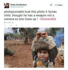 Una niña siria se rinde ante una cámara de fotos