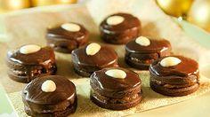Tři. Tak přesně tolik dnů ještě zbývá do Vánoc. A sedm. To je počet druhů cukroví, které mám do té doby stihnout! Nic ale není ztraceno a pořád máme já i vy dost času všechno dohnat. Pokud tedy také chcete svou letošní sbírku obohatit o nový druh, zkuste třeba kakaové dortíčky. Jsou dobré, jsou sladké, jsou jako… kakao!