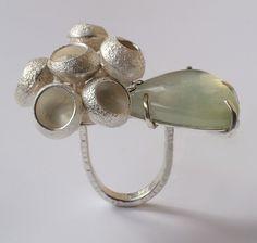 """Nicola Heidemann I Ring I """"Becherflechten"""" silver,prehnit www.galerie-slavik.com"""