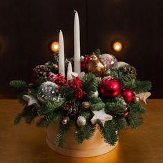 Christmas Flower Arrangements, Christmas Table Centerpieces, Christmas Door Decorations, Christmas Wreaths, Mery Chrismas, Christmas Candle Holders, Christmas Interiors, Decoration Table, Christmas Projects