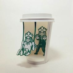 Hijacking Starbucks cups to reveal the secret life of the famous mermaid? A selection of the latest creations of Korean illustrator Soo Min Kim, who plays wit Copo Starbucks, Starbucks Cup Art, Starbucks Logo, Starbucks Coffee, Coffee Cup Art, Coffee Cup Design, Coffee Cards, Art Classroom, Paper Art