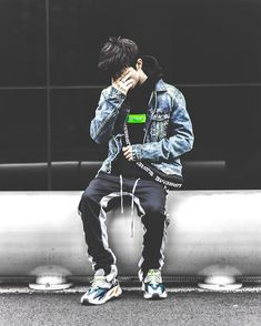 Streetwear is a style of casual clothing which became global in the hip hop, punk and Japanese street fashion. Eventually haute couture became an influence. Top Streetwear, Streetwear Fashion, Streetwear Brands, Urban Dresses, Urban Outfits, Men Looks, Tomboy Outfits, Japanese Street Fashion, Yeezy