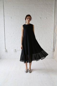 Little Black Dress : Samuji Igni Dress Minimalist Dresses, Minimalist Fashion, Minimalist Style, Looks Style, My Style, Style Minimaliste, Quoi Porter, Casual Dresses, Summer Dresses
