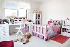 Un cuarto femenino y actual  La cama patinada de inspiración hippie chic con cover y almohadones traídos de un viaje. Arriba de la biblioteca 'Cubos'  canastos forrados