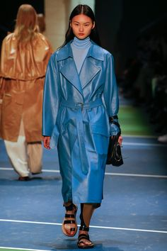 Celine Fall 2016 Ready-to-Wear Fashion Show Camille Hurel, Stylish Winter Coats, Lineisy Montero, Langer Mantel, Phoebe Philo, Trends, Fashion Show Collection, Vogue Paris, Fashion Week