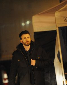 """en el set de """"Before We Go"""" That's the man in real world compared to captain america. Which is better! Also fantasy"""