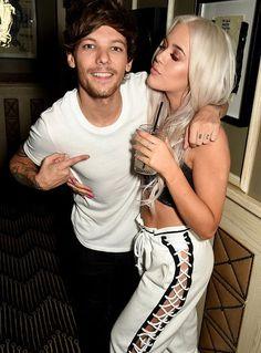 Louis Tomlinson hugs sister Lottie as he and girlfriend Danielle Campbell support her in London Louis Tomlinson Family, Louis Tomlinson Sisters, Lottie Tomlinson, Charlotte Tomlinson, Caroline Flack, Louis Tomlinsom, Danielle Campbell, Louis Williams, Tv Presenters