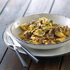 Pasta fyldt med kylling og hvidløg i en flødesovs med svampe og bacon