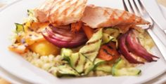 Op de grill: kipfilet, rode ui, gele courgette, wortelen, rode en gele paprika met couscous.