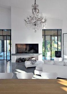 Voorbeeld voor ons idee van openhaard met aan weerszijden grote ramen ; mooi