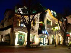 """A Krsywy Domek, ou """"casa torta"""", fica em Sopot, estação balneária do norte da Polônia, e foi construída em 2004"""