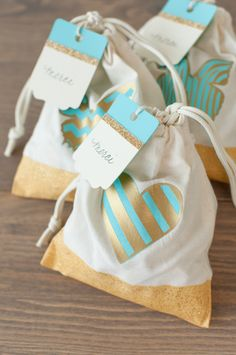 Bits and Pieces Cricut Cartridge -- Make these gift favor bags and tags in Cricut Design Space with the Cricut Explore Vinyl Crafts, Vinyl Projects, Diy Craft Projects, Favor Bags, Gift Bags, Cricut Cartridges, Diy Handbag, Travel Party, Scrapbook Paper Crafts
