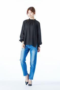 艶やかな女に仕立てるドラマティックなドレスブラウス|IEDIT シャーリングデザインのシックドレスブラウス〈ブラック〉
