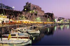 """Siete già stati a Formentera, Ibiza e Panarea, oppure a Mykonos, Santorini e Hvar? Pensate di aver già visto tutto? Forse no. Forse il """"Mare Nostrum"""" offre ancora qualche sorpresa per spendere ore folli dall'alba al tramonto"""