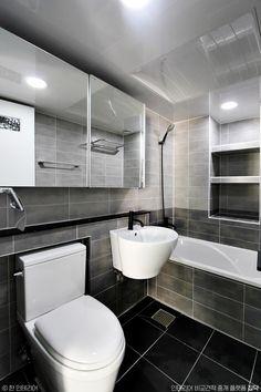[BY 집닥] 안녕하세요 집닥맨입니다 ! 집닥 파트너스 '한 인테리어'가 서울 신내동에서 진행하였던 32평... Dressing Room, Dressing Tables, Bathtub, Indoor, House Design, Interior Design, Bathroom, Architecture, Laundry