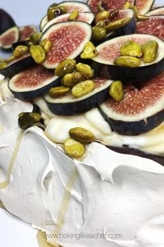 This Cinnamon Pavlova is a stunning meringue dessert combined with the praline cream and decorated with fresh figs. It is a perfect cake for a special occasion or a dessert for whenever, just because! It takes 45 minutes hands-on and 3 hours to bake. The recipe is easy, simple and straightforward. Serves 12 people! #pavlova #cakes #meringues #cakerecipes #figs #summerdesserts #birthdaycake #celebrationcakes | www.bakinglikeachef.com Meringue Desserts, Meringue Cake, No Bake Summer Desserts, Summer Cakes, Fresh Figs, Fresh Fruit, Australian Desserts, Cake Recipes