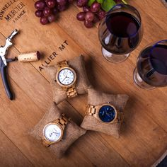 Dieses einzigartige Herrenmodell, aus echtem französischem Eichenfass, ist ein ganz besonderer Eyecatcher. Wie auch viele Rotweinsorten, deren Ursprung in Frankreich ist, kommt  auch das Barriqueholz aus Eiche, welches für die Erzeugung der Uhr verwendet wird, ursprünglich aus Frankreich. Dort wurde es zur Weinreifung verwendet und wird nun zu edlen unglaublich schönen Meisterwerken für das Handgelenk weiterverarbeitet. Wood Watch, Accessories, Types Of Red Wine, Wine Cask, Corks, France, Wooden Clock, Jewelry Accessories