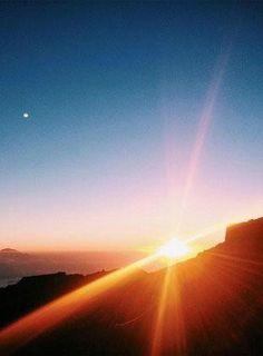 Beautiful sunset photos of the world's most striking landmarks. Kilimanjaro, Sunset Photos, Beautiful Sunset, Tanzania, Photography Tips, Cool Pictures, Around The Worlds, Earth, Amazing