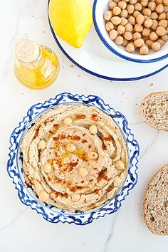 Ricetta per preparare facilmente il più classico antipasto mediorientale, un cremoso hummus di ceci con tahina