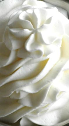 Stabilized Whipped Cream Frosting ~ Ever wonder how bakeries and restaurants can keep their whipped cream frosting so beautiful and firm throughout the day? Tthis is how. Icing Frosting, Cake Icing, Cupcake Cakes, Diy Cupcake, Butter Icing, Cup Cakes, Chicken Pie Shop, Stabilized Whipped Cream Frosting, Whip Cream Frosting