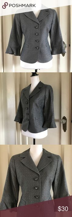 """DONCASTER - Gray Silver Blazer Jacket 10 Petite M DONCASTER COLLECTION Gray / Silver Zig Zag Pattern Petite Blazer Jacket  Size 10 Petite Great Pre-Owned Condition! Retail: $460.00  Approximate Measurements (flat): Waist - 17.5"""" Bust - 19.5"""" Length - 22"""" Sleeve - 17""""  42% Acetate 31% Viscose 14% Polyester 13% Wool  *Item was pinned to better fit the mannequin for the images, they do not represent the actual size of the item*  Bundles Welcome! NO PAYPAL! Please allow 2 days handling!  Thank…"""