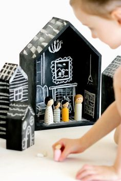 If your little one has been begging you for a dollhouse, why not use chalkboard ideas to create something totally unique and personalized? With these Basic Chalkboard Dollhouses, your search for the perfect little dollhouse has come to an end. Projects For Kids, Diy For Kids, Crafts For Kids, Craft Projects, Craft Tutorials, Easy Crafts, Diy Tableau Noir, Diy Cadeau Noel, Dollhouse Tutorials