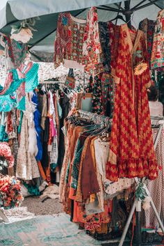 The best finds you should get from the Ibiza hippie market this year - In love with that special bohemian Ibiza style too? The best finds you should get from the Ibiza hippie market this year! Source by - Bohemian Style Clothing, Bohemian Mode, Boho Chic, Gypsy Style, Hippie Clothing, Hippie Style, Ibiza Stil, Skater Girl Style, Bohemian Schick