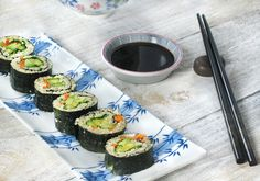 A new spin on sushi, that brings quinoa into the mix. Packed with protein, and loaded with fruits and veggies, this is one healthy quinoa sushi roll! Sushi Recipes, Real Food Recipes, Great Recipes, Vegetarian Recipes, Favorite Recipes, Healthy Recipes, Savoury Recipes, Healthy Food, Healthy Eating
