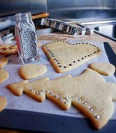 Kerstkoekjes worden in vele landen gebakken in vrolijke vormpjes, al dan niet om in de kerstboom te hangen. Dit recept is een rijk recept met boter en...