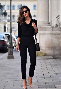 All black everything + nude heels skiny jeans stil mode, outfits für die ar Stylish Work Outfits, Office Outfits, Casual Outfits, Casual Office, Casual Smart Outfit Women, Over 40 Outfits, Office Attire, Office Style, Sweater Outfits