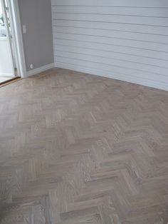 Idag vill jag visa hur golvet i vårt vardagsrum, en fiskbensparkett, förnyades... Vårat golv var så gulnat och blankt och såg h... Herringbone Wood Floor, Hardwood Floors, Interior Inspiration, Flooring, Floor Layout, Interior, Diy Home Decor, Wood Floors, Home Decor