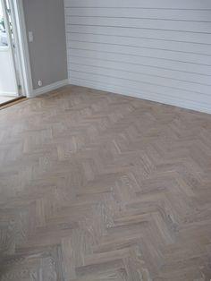 Idag vill jag visa hur golvet i vårt vardagsrum, en fiskbensparkett, förnyades...           Vårat golv var så gulnat och blankt och såg h...