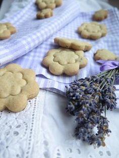 Levandulové sušenky Cookies, Desserts, Food, Crack Crackers, Tailgate Desserts, Deserts, Eten, Cookie Recipes, Postres