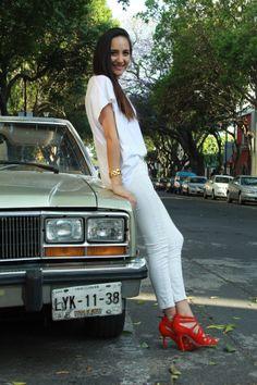 jeans y blusa blanca con zapatos rojos