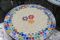 Mesa em ferro patinado em ouro velho, com tampo de mosaico feito em pastilhas de vidro <br>cores - consulte, podem ser feitas nas cores desejadas. <br>tamanho -55 cm de diâmetro <br>Frete por conta do comprador, consulte a disponibilidade de entrega para a sua região. Mosaic Garden, Mosaic Art, Mosaic Projects, Garden Table, Mosaic Patterns, Diy And Crafts, Tableware, Mosaic Artwork, Mosaic Crafts