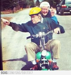 16 Elderly Couples Prove You're Never Too Old To Have Fun - Staying Young! Couples Âgés, Vieux Couples, Elderly Couples, Funny Couples, Adorable Couples, Funny Old People, Old Folks, Old People Love, Young People