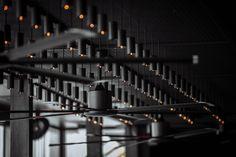Свежий взгляд на лофт: стильный ресторан в Молдавии с театральной подсветкой – Красивые квартиры