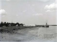 Waterkant in Nickerie met een zeeschip van de Koloniale Vaartuigendienst. Datum: Locatie: Nickerie, Suriname Vervaardiger: Augusta Curiel Inv. Nr.: gn-57/6-22