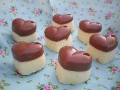 #Bounty Pralinen: Für dieses Konfekt füllt man die Förmchen einfach knapp zur Hälfte mit geschmolzener #Schokolade (ca 150 gr) und lässt diese wieder aushärten. 50 gr weiche Butter, 50 gr Puderzucker, (Low Carb Chocolate Desserts)