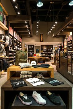 Showroom Interior Design, Boutique Interior Design, Retail Interior, Fashion Store Design, Clothing Store Design, Fancy Store, Clothing Store Displays, Industrial Shop, Visual Merchandising Displays