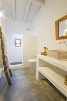 Image 41 of 56 from gallery of Casas Caiadas / Pereira Miguel Arquitectos. Photograph by Rute Raposo Bad Inspiration, Bathroom Inspiration, Boutique Homes, Bathroom Interior Design, Interior Paint, Cheap Home Decor, Home Remodeling, House Plans, New Homes
