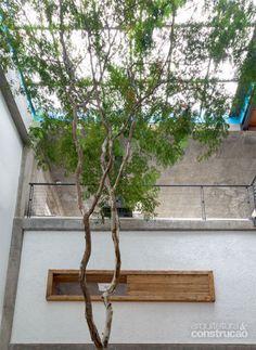 A suíte é marcada pela janela de peroba com traçado horizontal. Projeto de Maurício Takahashi.